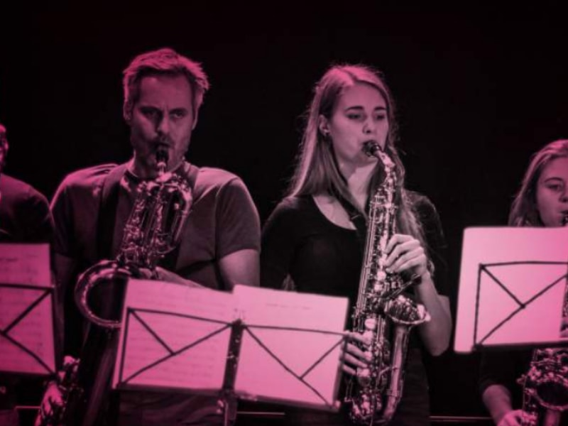 Lærer og elev spiller på saxofon i forbindelse med en koncert på efterskolen