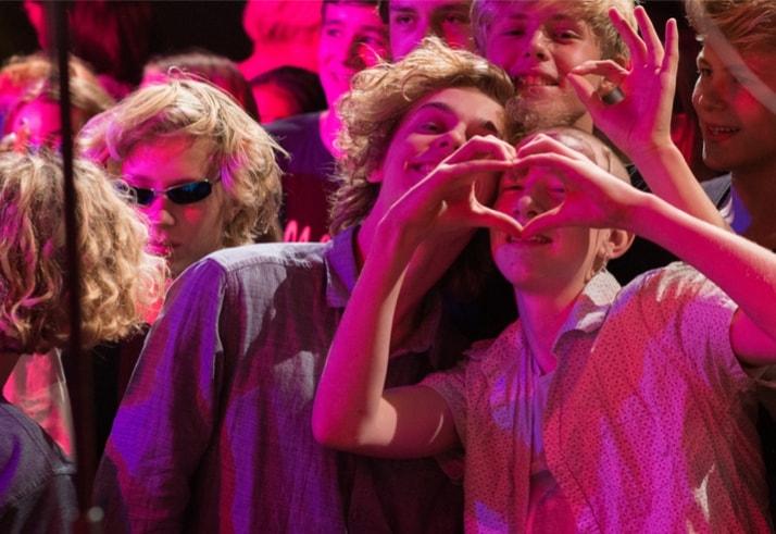 Glade og festlige efterskoleelever til koncert på efterskolen